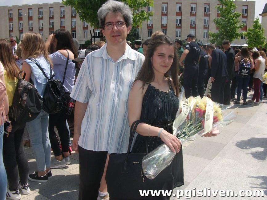 Галерия: Ученици от ПГИ поднесоха цветя за 2 юни